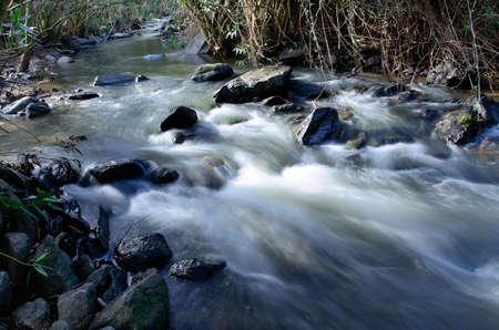 steine im wasser: Ein Gebirgsfluss durch Steine ??Wasser flie�t, ist unscharf, weil der Streaming, Bewegung und langen Belichtungszeiten
