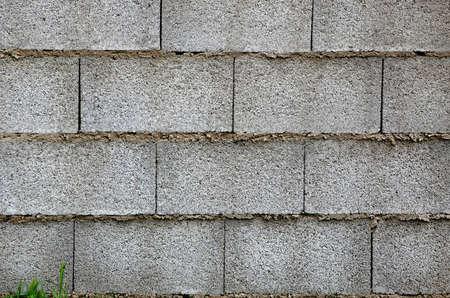 bloque de hormigon: muro de bloques de hormig�n y c�sped Foto de archivo
