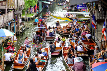 ratchaburi: Ratchaburi-Thailand Aug 6 2016: Damnoen Saduak floating market, The famous attractions of Ratchaburi. Launched to the world as the source. Editorial