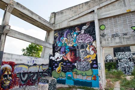 ホアヒン, タイ - May30、2015: 落書きは、古い工場の構造を放棄しました。町のメイン ・ ストリートの入口