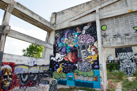 HUA HIN ,THAILAND - May30,2015 :Graffiti abandoned old factory structure.Main Street entrance to the town Редакционное