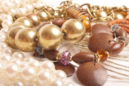 trendy sieraden op witte achtergrond (close-up)  Stockfoto