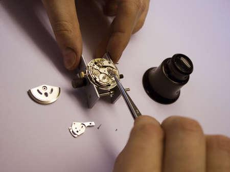 punctual: Dentro de un reloj. Reparación. Centrarse en ver partes.  Foto de archivo