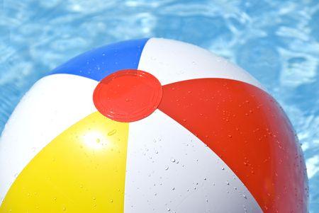 pool bola: Beach Ball colorido flotante en una piscina Foto de archivo