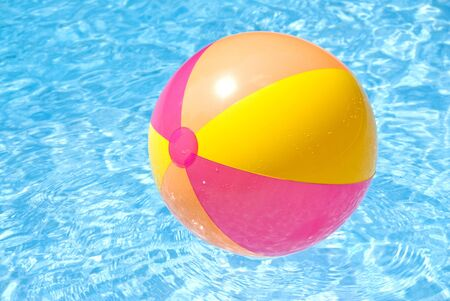 pool ball: Beach Ball colorido flotante en una piscina Foto de archivo