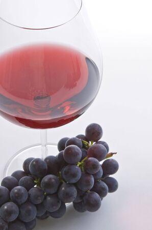 赤ワインと紫ブドウのガラス