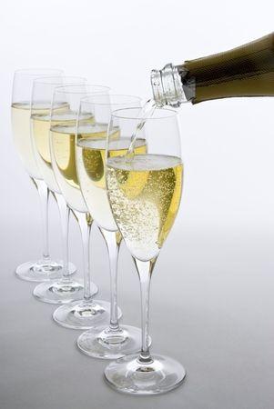 흰색 스파클링 와인 쏟아져