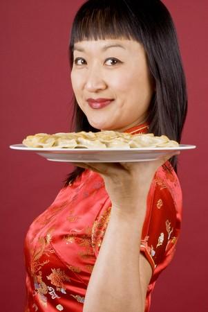 mujer china: Mujer china con un plato de frito Dumplings