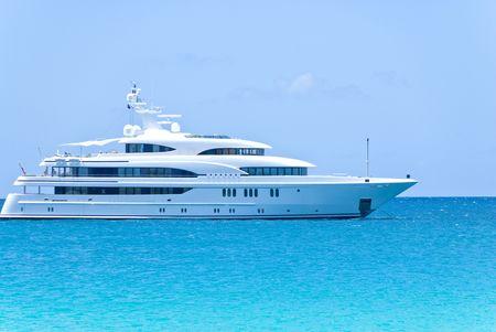 카리브해의 큰 흰색 요트