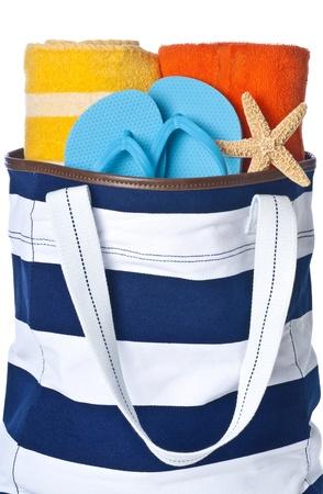 파란색 수건, 블루 플립 플롭 및 불가사리 화이트 절연 비치 가방