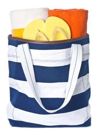 Strandtasche mit Handtüchern und gelben Flip Flop isoliert auf weiss Standard-Bild - 9600589
