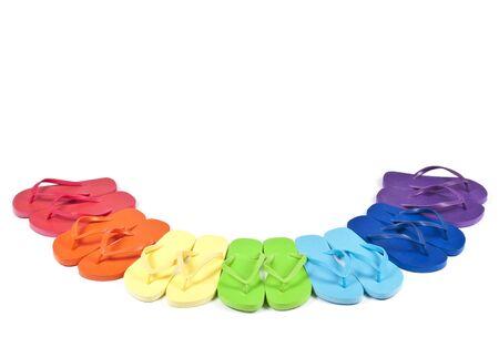 sandalia: Flip Flops en arco iris de colores aislados en blanco