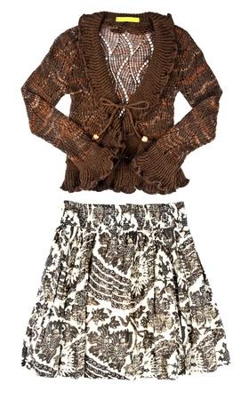 mini falda: La mujer marr�n su�ter de Crochet y Floral Mini falda aislada en blanco