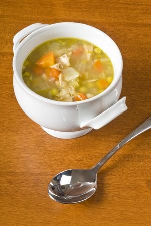 sopa de pollo: Sopa de pollo casera con vegetales en un taz�n Foto de archivo