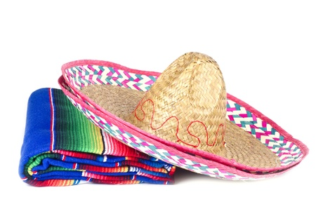 trajes mexicanos: Sombrero mexicano y colorida alfombra aislados en blanco