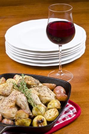 ローストのコーニッシュのゲームの雌鶏とポテト添え赤ワイン