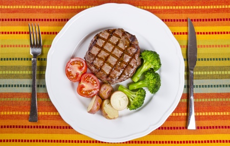 plato de comida: Rib Eye Steak de carne servido con verduras Foto de archivo