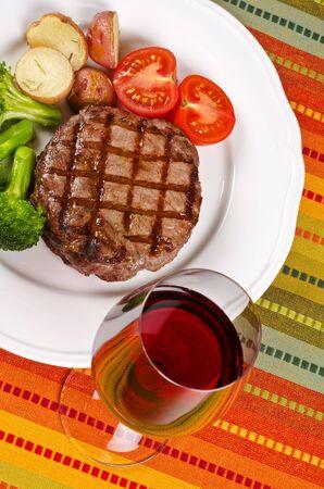 バーベキュー牛リブアイ ステーキ野菜と赤ワインを添えてください。