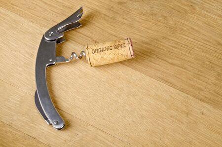 コルクは、コルク栓抜きの有機ワインのラベル 写真素材