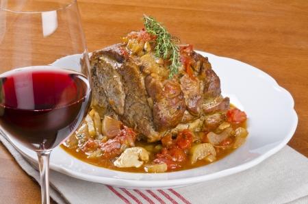 레드 와인을 곁들인 구운 돼지 고기 어깨