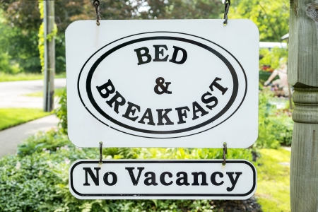 vacante: Bed and Breakfast Sign with No Vacancy