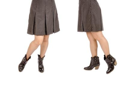 mini falda: Mujer Llevaba Polka Dot Mini falda negra y botas de cowboy de cuero aislados