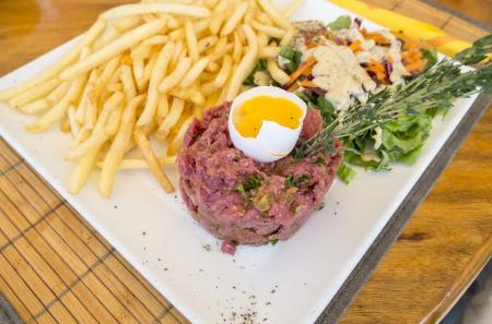 牛肉のタルタル生卵とフライド ポテト