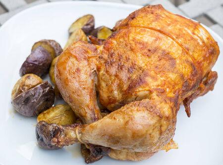 pollo rostizado: Pollo Asado servido con patatas asadas Peque�o