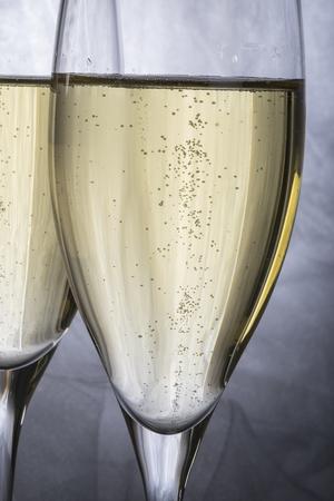 sektglas: Nahaufnahme des zwei Gl�ser Champagner auf grauem Hintergrund Lizenzfreie Bilder