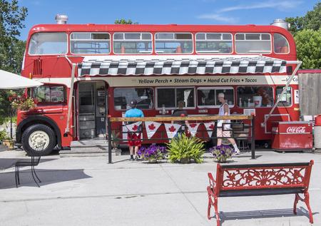 Birdies Perch Double Decker Bus Fast Food Eatery in Ontario Redactioneel