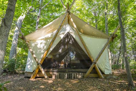 森の中で大型のキャンプ テント