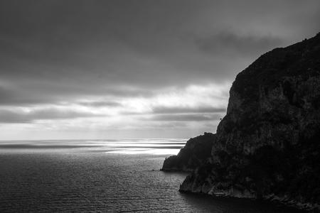Schwarz-Weiß-Bild eines Sonnenuntergangs über dem Mittelmeer Standard-Bild - 65583464