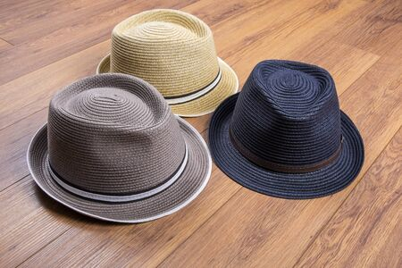 Tres Sombreros de Paja en Pisos Laminados Foto de archivo - 71480983