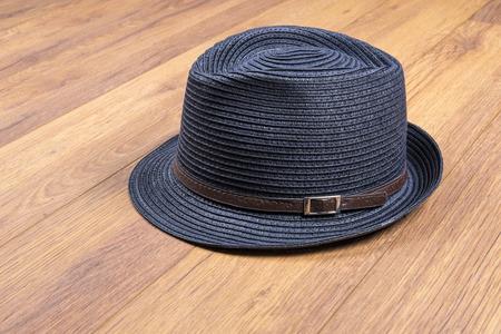 Sombrero de paja azul en pisos laminados Foto de archivo - 71480985