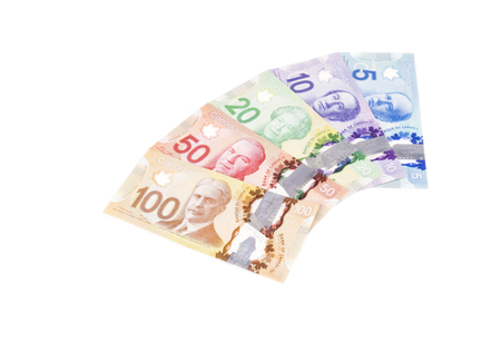 Billets de banque en dollars canadiens colorés de différentes valeurs isolées on White