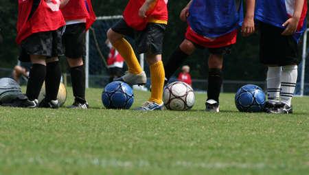 Jongens op voetbal praktijk Stockfoto