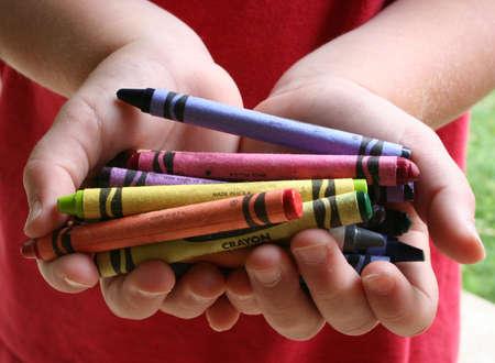 Kind handen bedrijf tekenkrijt