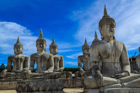 pintura rupestre: Buddha blanco puesto al aire libre agudo para adorar.