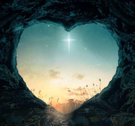 Concepto del Viernes Santo: la cruz de la estrella con forma de corazón de la tumba vacía en el fondo nocturno