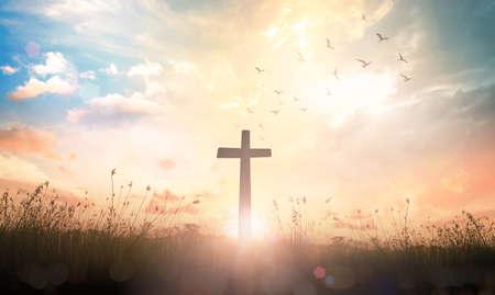 Koncepcja Wielki Piątek: Krzyż na tle wschodu słońca łąka