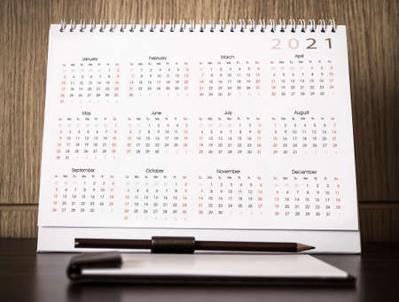 Calendar 2021 schedule with blank note for to do list on wooden desk 免版税图像