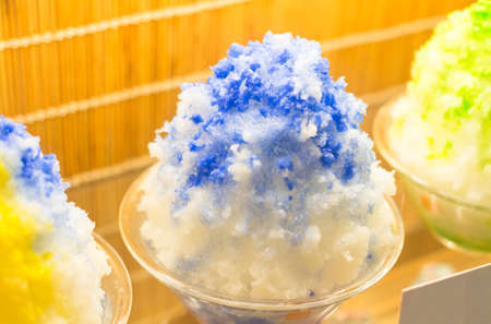 ice crushed: blauw Schaafijs met melk, Snow cone kunstmatige dessert van de zomer Stockfoto