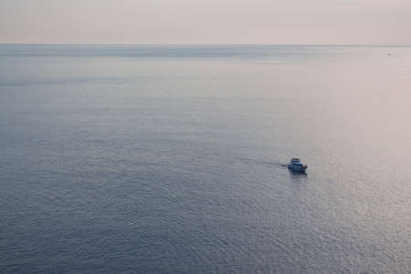 soledad: lancha rápida soledad en el mar, tono sepia