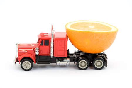 cisterna: cami�n de juguete en representaci�n de zumo de fruta cisterna  Foto de archivo