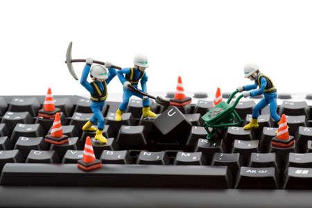 repairing: concepto de reparaci�n de equipo - los trabajadores reparaci�n de teclado  Foto de archivo