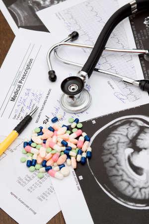 schreiben: medizinischen Thema - �rzte Schreibtisch mit Dokumenten und Stethoskop Lizenzfreie Bilder