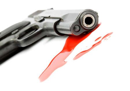 uccidere: omicidio concetto - pistola e sangue studio isolato