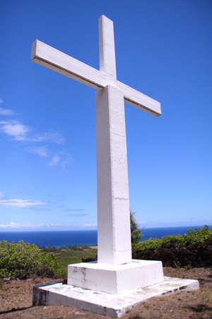 lepra: Una cruz blanca grande con vistas del Oc�ano Pac�fico en el asentamiento hist�rico Kalaupapa lepra en la isla de Molokai, Hawaii Foto de archivo