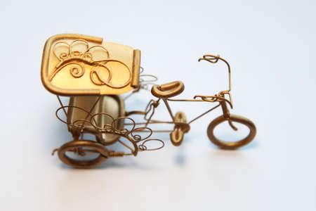 rikscha: Goldene Fahrrad-Rikscha Modell isoliert auf wei�em Hintergrund