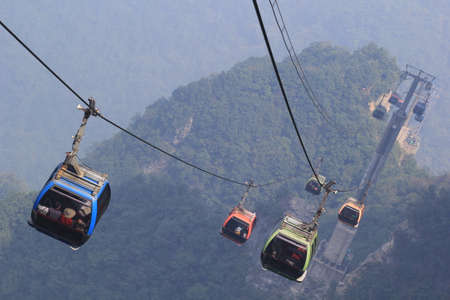 Chinas Tianmen Shan cable car is the longest cable car ride in the world, covering a distance of 7,455 meters. The car runs from Zhangjiajie downtown up to Tianmen Shan, which translates as Heavens Gate Mountain. 新聞圖片